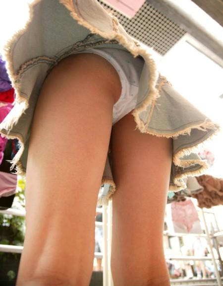 短いスカートからパンチラ (1)