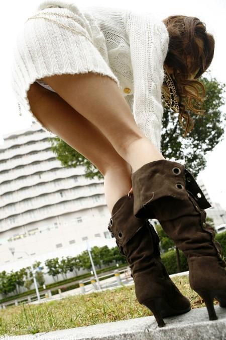 短いスカートからパンチラ (18)