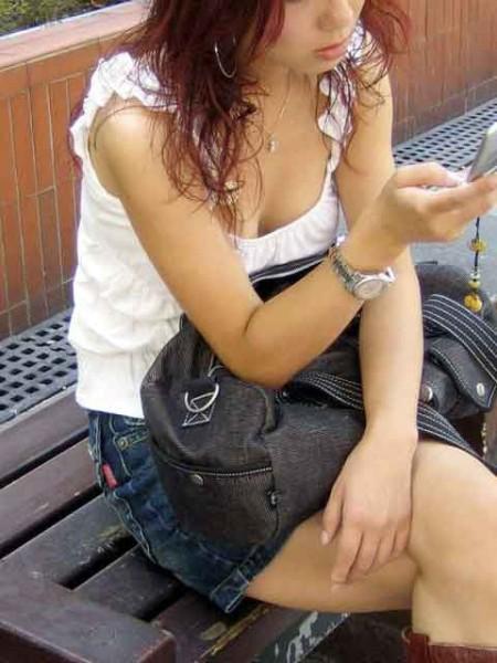 うっかりオッパイが見えてる女性 (18)