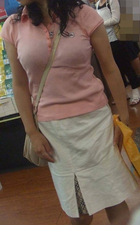 巨乳が強調されるパイスラ女性 (13)