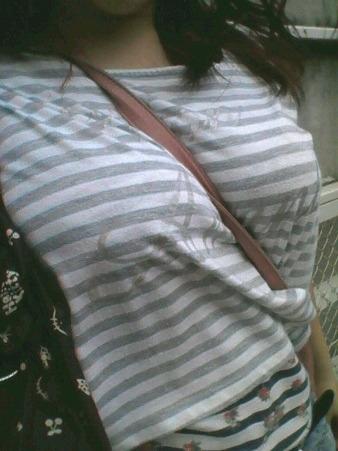 巨乳が強調されるパイスラ女性 (5)