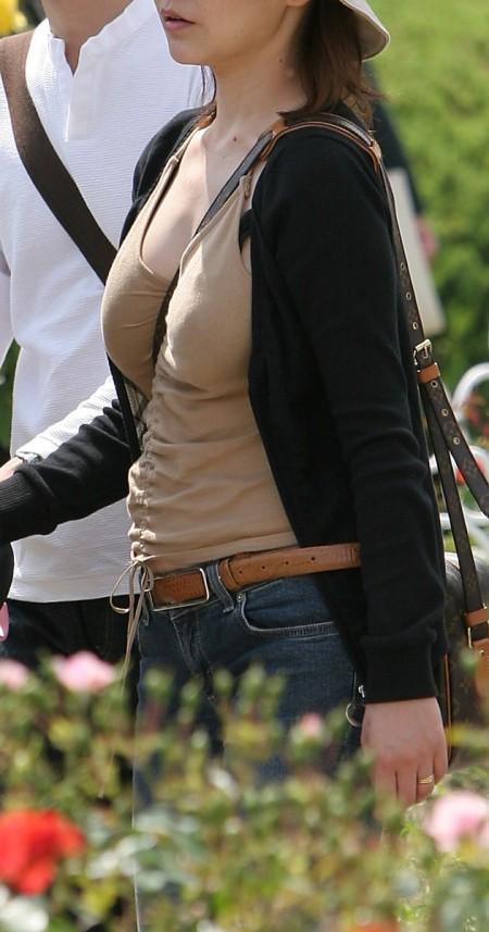 巨乳が強調されるパイスラ女性 (8)