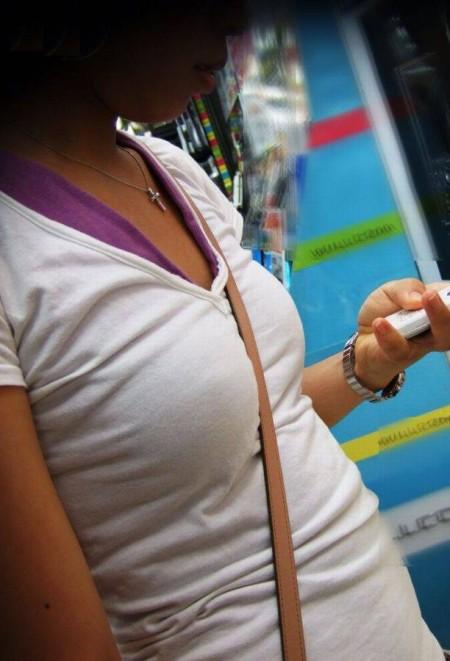 巨乳が強調されるパイスラ女性 (12)