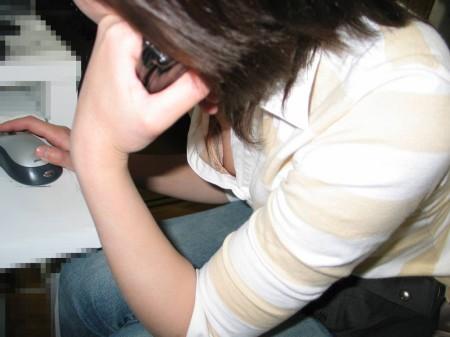 胸チラしてる素人女性 (15)