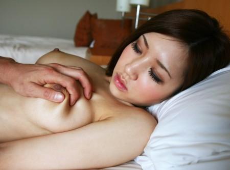 おっぱいを、もまれる女性 (15)