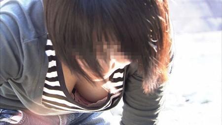 胸チラ女性を発見 (5)
