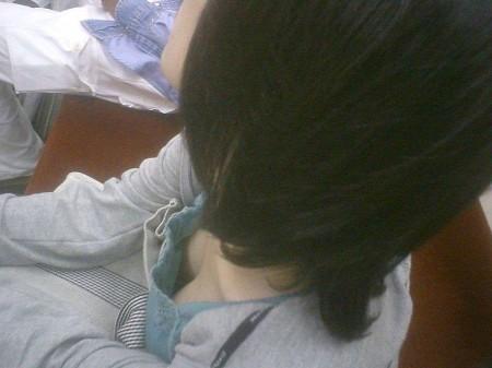 胸チラ女性を発見 (15)