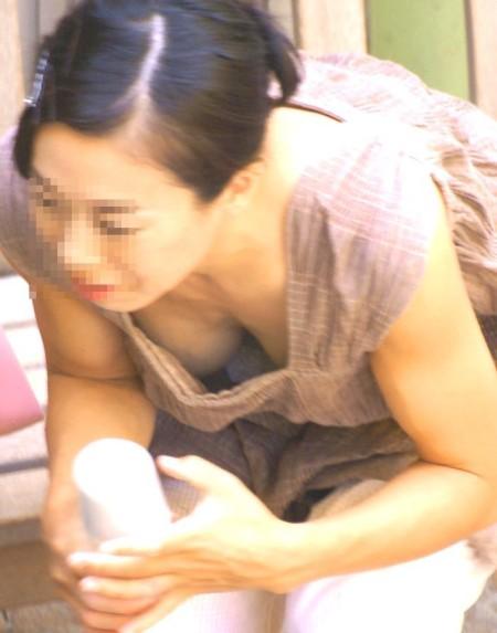 胸チラ女性を発見 (17)