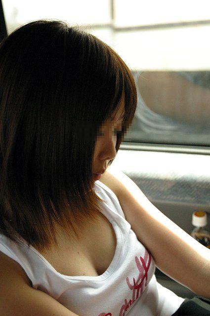 谷間や乳首がチラ見えしてる女性 (19)