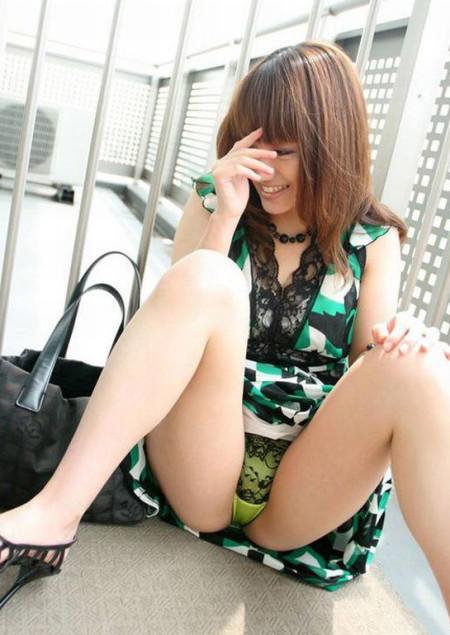 思いっきり開脚する女性 (18)