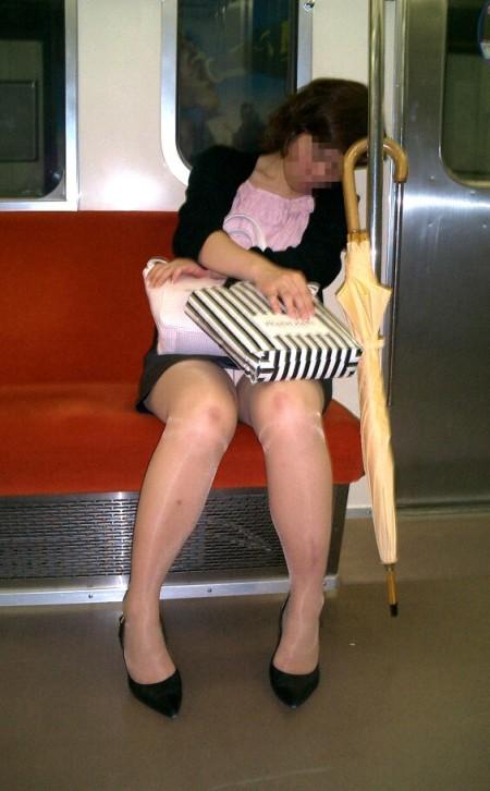 座りパンチラした女性たち (2)