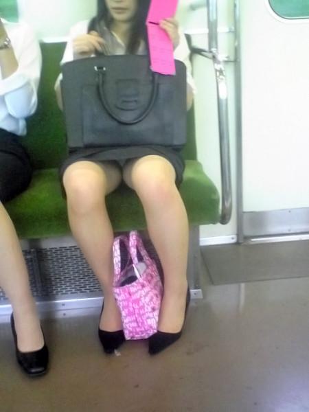 座りパンチラした女性たち (7)