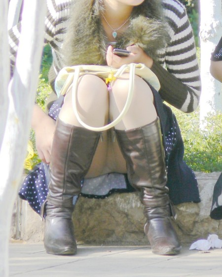 座りパンチラした女性たち (10)