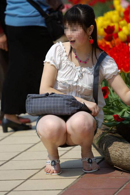 座りパンチラした女性たち (11)