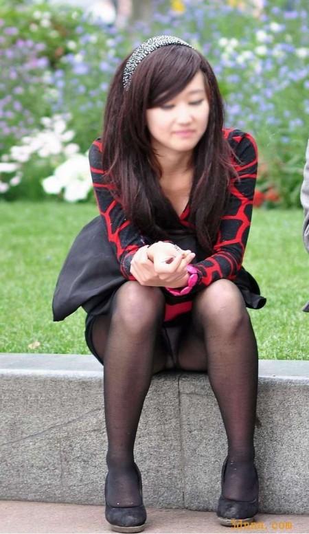 座りパンチラした女性たち (15)
