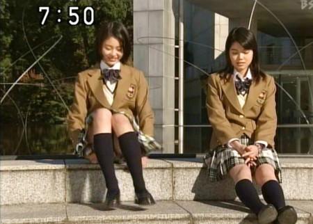 アイドルたちが胸チラ・パンチラ (11)
