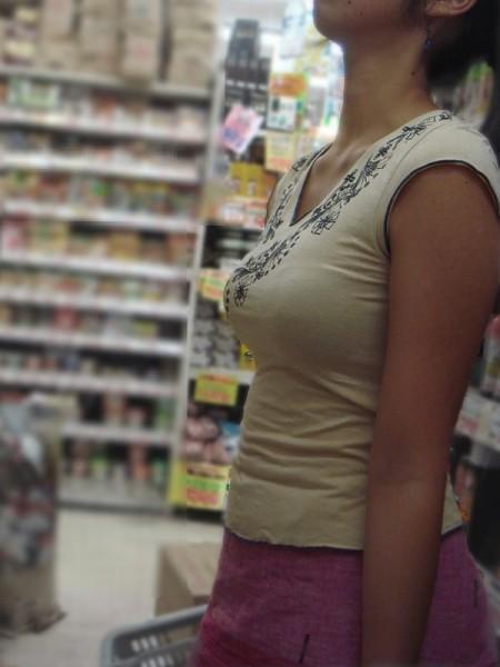 かなりデカい着衣巨乳の素人女性 (18)