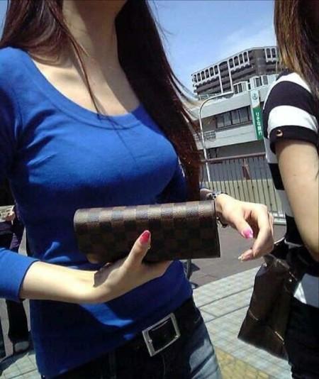 かなりデカい着衣巨乳の素人女性 (19)