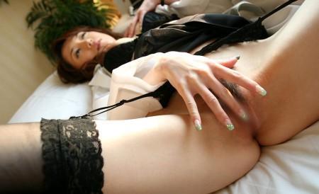 自慰に夢中の女性 (4)