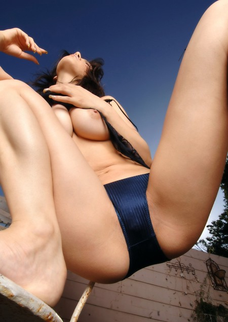 M字開脚の女性 (8)