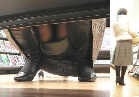 パンツが見えちゃった女性 (8)