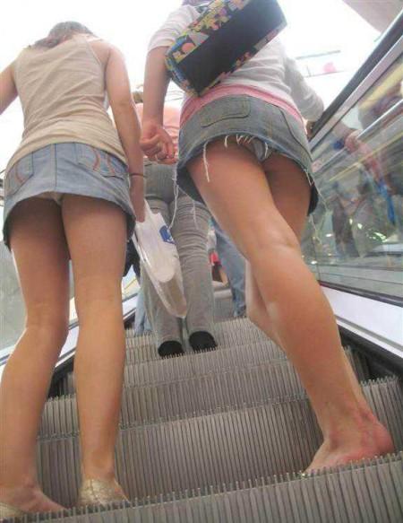 パンツが見えちゃった女性 (10)