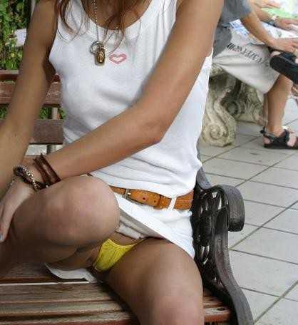 パンツが見えちゃった女性 (13)