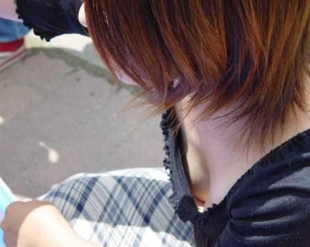 素人女性の胸チラおっぱい (15)
