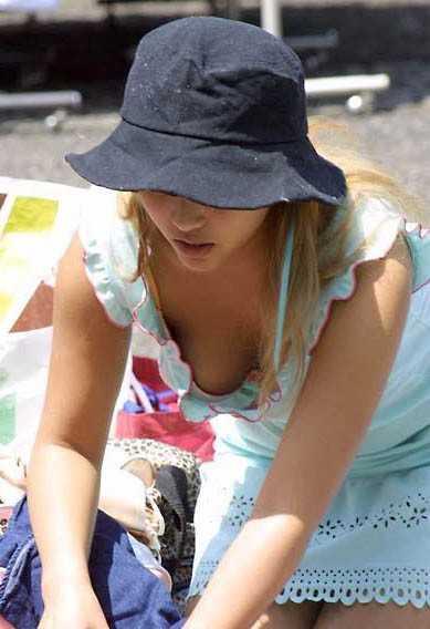 素人女性の胸チラおっぱい (19)