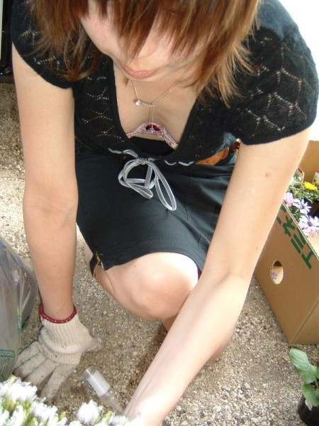 おっぱいチラ見えの女性 (2)