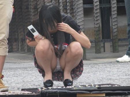 しゃがむ女性がパンチラ (7)