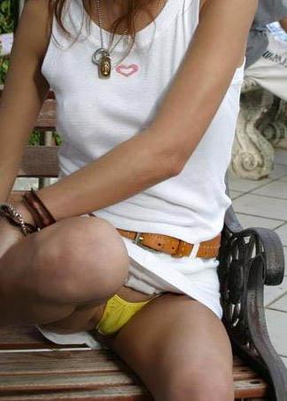 しゃがむ女性がパンチラ (15)