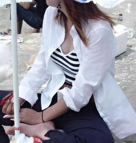 街にいた着衣巨乳の女性 (4)