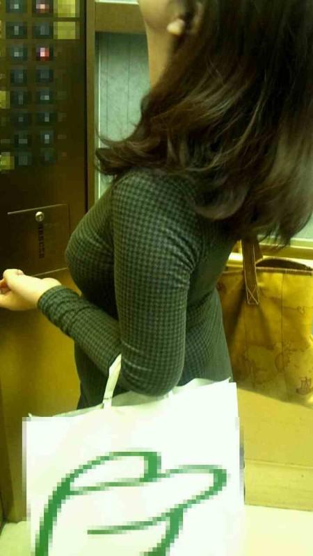 街にいた着衣巨乳の女性 (3)