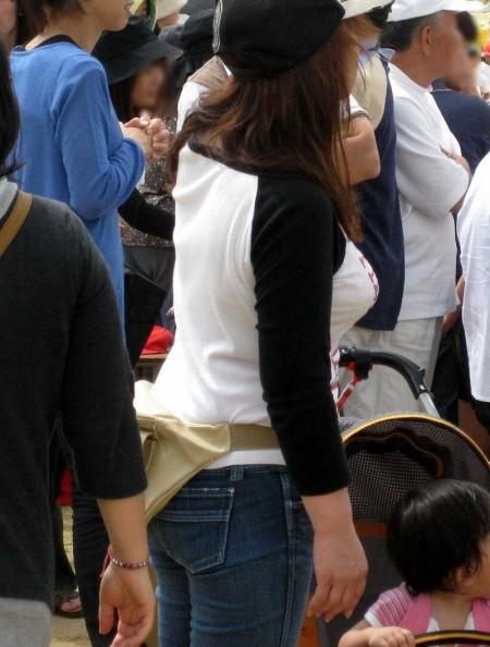 街にいた着衣巨乳の女性 (8)