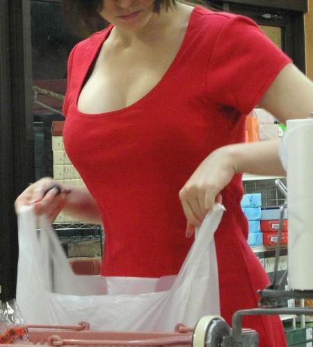 街にいた着衣巨乳の女性 (11)