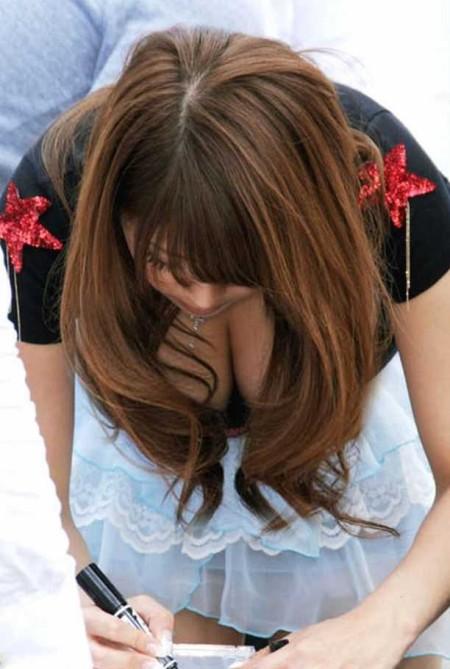 街にいた着衣巨乳の女性 (1)