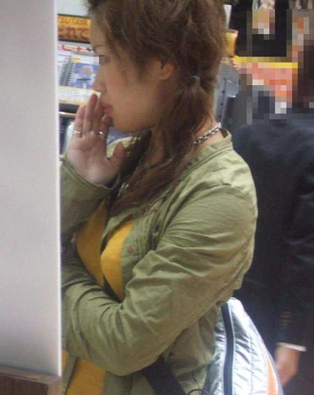 街にいた着衣巨乳の女性 (18)