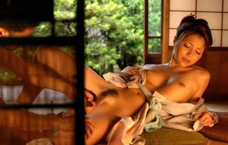 股間を刺激される女性 (3)