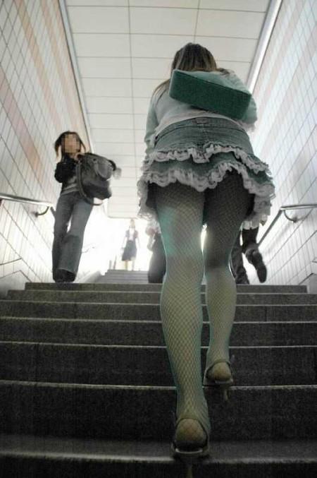 階段の上でパンチラ (8)