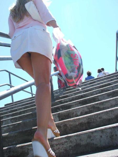 階段の上でパンチラ (10)