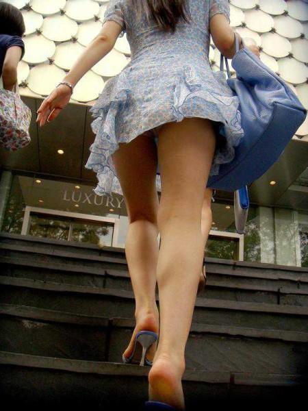 階段の上でパンチラ (13)