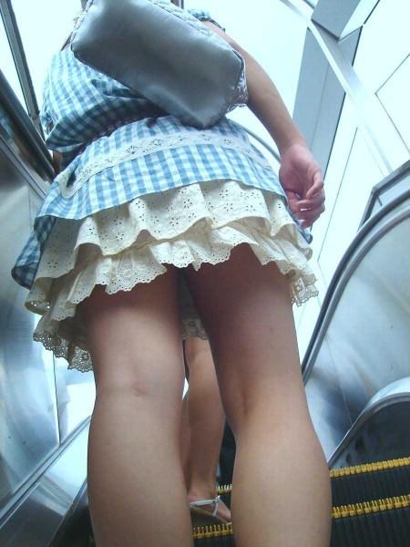 階段の上でパンチラ (19)