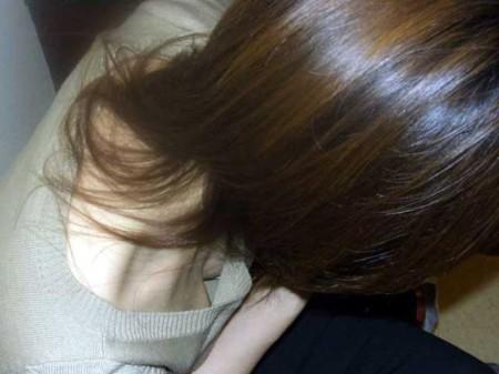 気を抜くと胸チラ (14)