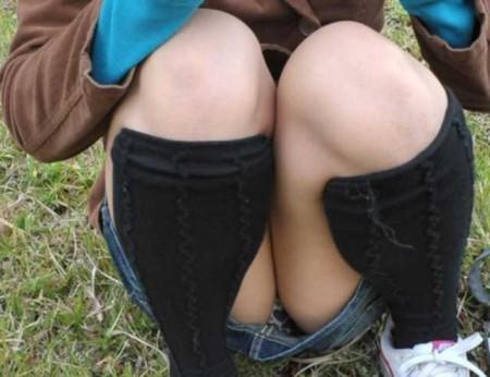 しゃがんでパンチラ (15)