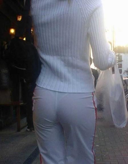 パンツが透けてる女性 (13)