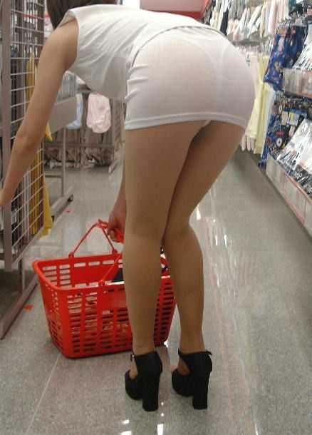 パンツが透けてる女性 (17)