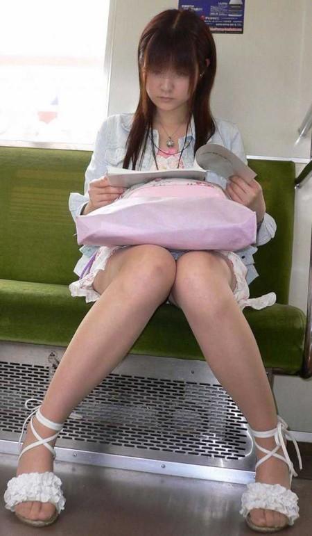 電車内でパンチラ (20)
