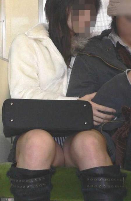 電車内でパンチラ (9)