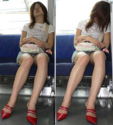 電車内でパンチラ (11)
